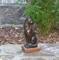 Bronze sculpture of a seated cat by Laci de Gerenday